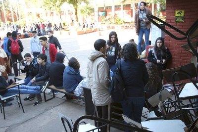 """Marcha estudiantil para """"rajar"""" al ministro Petta"""