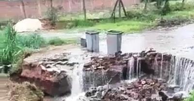 Intensa lluvia provocó la caída de un puente que unía a los barrios Fátima y Santa Librada