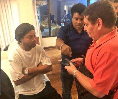 Ronaldinho ingresó a Paraguay con documentos falsos · Radio Monumental 1080 AM
