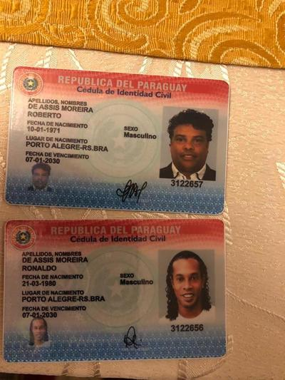 PARAGUAY: DETIENEN A RONALDINHO POR POSEER PRESUNTO PASAPORTE FALSO