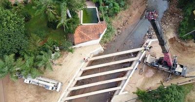 Acceso Este: colocan vigas para puente sobre el arroyo San Lorenzo