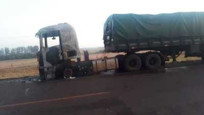 Tracto camión se incendia sobre supercarretera en Santa Fe del Paraná