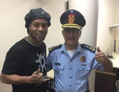 Funcionarios y hasta un comisario posan con Ronaldinho