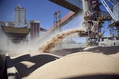 Argentina avisa a los agricultores que subirá tributo a exportación de soja