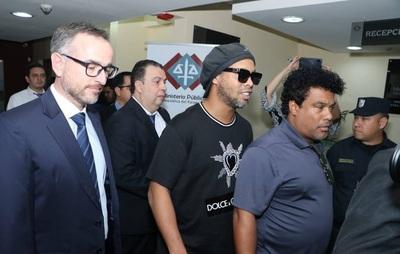 Jefe de escolta de Ronaldinho asegura que documentos con contenido falso fueron 'regalados'