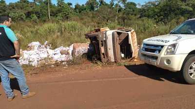 Dos heridos tras vuelco de vehículo