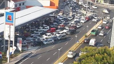 HOY / Furor y caos vehicular en Asunción por combustible gratis en estación de servicio
