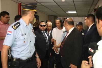 Ronaldinho seguirá con prisión preventiva y dictan orden de captura contra empresaria Dalia López