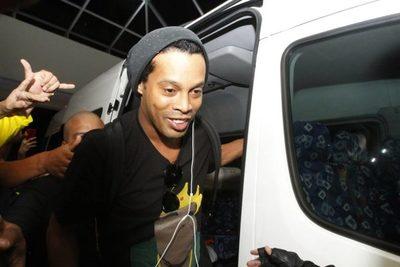 Ronaldinho recibió en prisión la visita de 50 niños