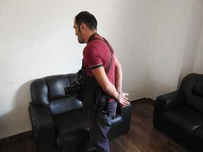Marinos detienen, esposan y golpean a periodista por tomar fotos en la Aduana