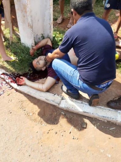 Motociclista atropellado por un automovilista borracho lucha por su vida en el hospital