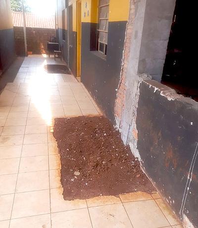 Padres y directivos de una escuela piden reparación de aulas ante peligro de derrumbe