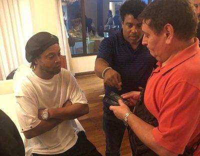 Fiscalía pide que Ronaldinho y su hermano continúen en prisión