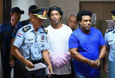 Ronaldinho y su hermano seguirán en prisión