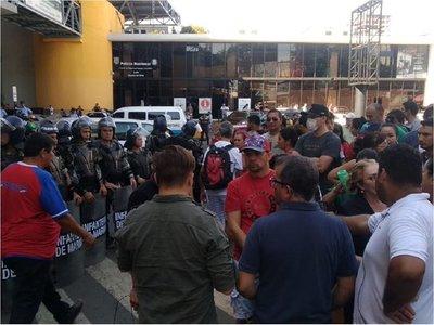 Paseros protestan contra controles de COIA en el Puente de la Amistad