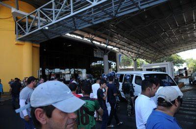 Paseros se manifestaron en el acceso a zona primaria