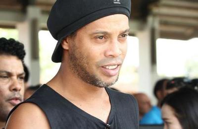 Los días de Ronaldinho en prisión: usa un baño comunitario pero no come lo mismo que los demás presos
