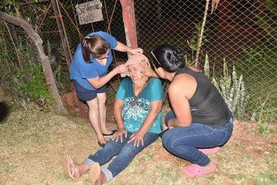 Doña se encadena al portón de su casa para que su hija no la desaloje