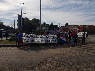 Vecinos de Remanso se manifiestan contra la Intendente de MRA