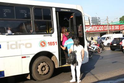 Pese a medidas de prevención por coronavirus, pasajeros viajan parados