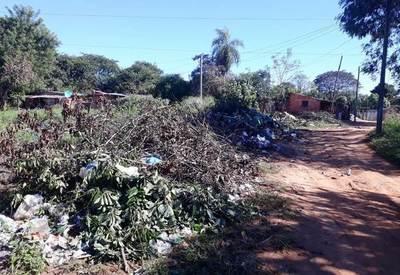 Municipio no responde a reclamo vecinal por basural en plena calle •