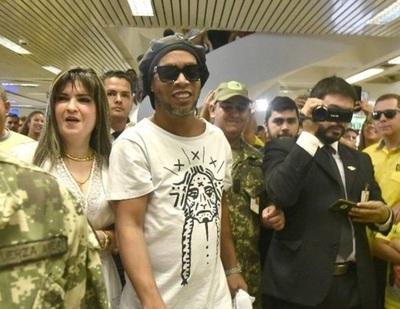 Migraciones admite que funcionarios estuvieron implicados en ingreso de Ronaldinho con documentos irregulares