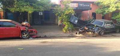 Violento percance de tránsito deja daños materiales