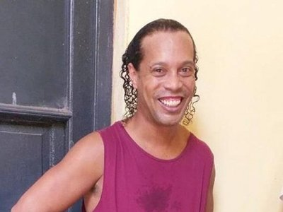 El primer partido de Ronaldinho en la cárcel