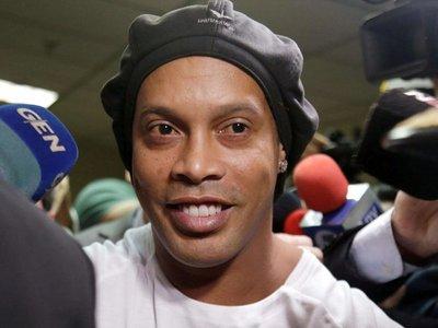 La primera imagen de Ronaldinho jugando al fútbol en la cárcel