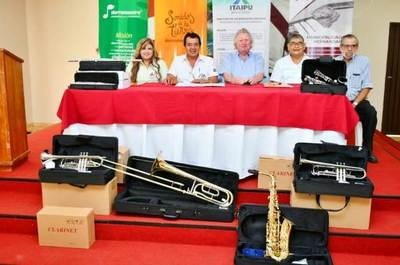 Itaipu dona instrumentos musicales a Sonidos de Mi tierra