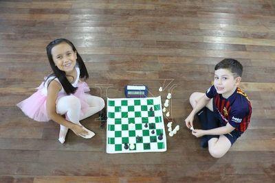 Dos chicos que juegan a lo grande