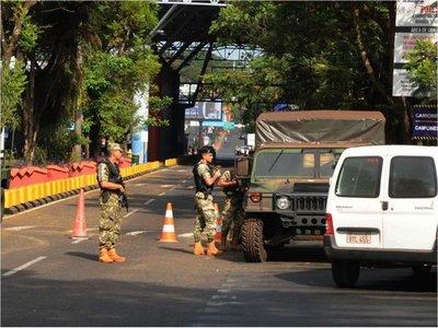 Fuerte control militar en el cruce por el Puente de la Amistad
