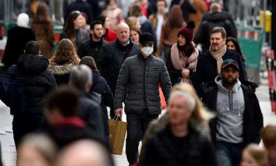 El Reino Unido modifica su controversial estrategia para combatir el coronavirus