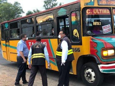 Prohíben a pasajeros de minibuses de corta distancia viajar parados