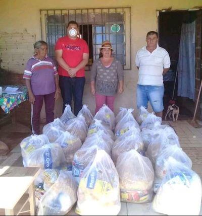 Diputado y seccionaleros entregan víveres a miembros de la Asocuam en Pedro Juan