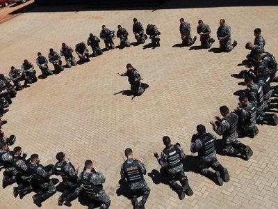 Emotivo: Linces rezan antes de salir a patrullar