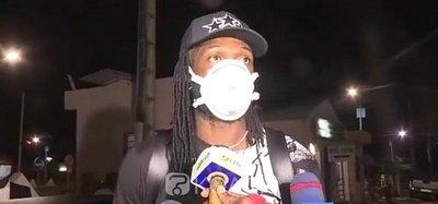 Adebayor viajó en plena crisis y quedó 'retenido' en Benín