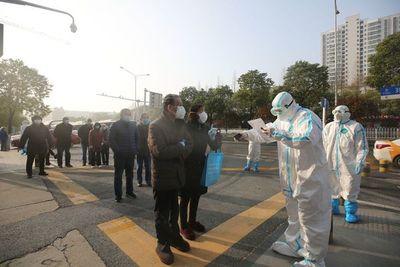 Wuhan vislumbra fin de un confinamiento que se extiende por el planeta
