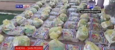 Humilde familia de agricultores donan alimentos a sus vecinos
