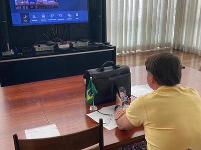 Bolsonaro vacila en la suspensión de contratos y anuncia ayuda a regiones