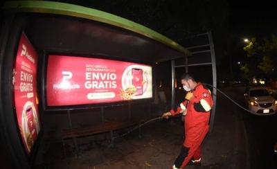 HOY / Funcionarios desinfectan paradas y calles de Asunción