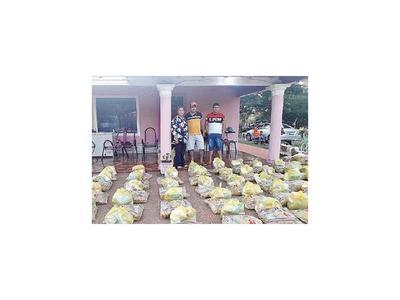 Una familia entrega  kits a trabajadores informales en Santaní