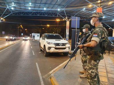 Urgen ayuda: paraguayos debieron dormir en el Puente de la Amistad