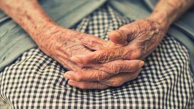 Voluntarios ayudan a adultos mayores en tiempos de crisis