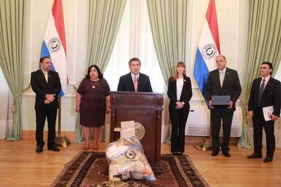 Gobierno reemplaza kits de alimentos por dinero para más de 300.000 familias