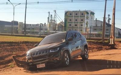 Abogada protagoniza accidente en camioneta de alta gama