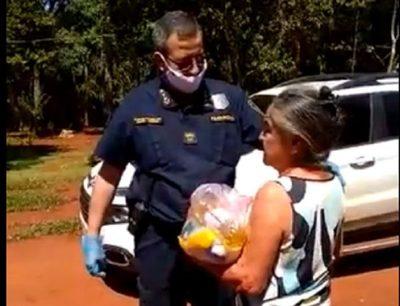Policías entregan víveres a familias de escasos recursos