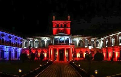 Colores de EE.UU. adornaron el Palacio de Gobierno