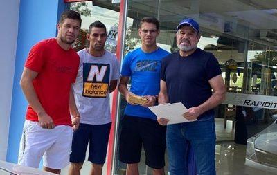 Jugadores de General Díaz reciben ayuda económica de referentes del fútbol