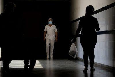 Enfermeras, en el primer frente de batalla y sin sueldos desde enero